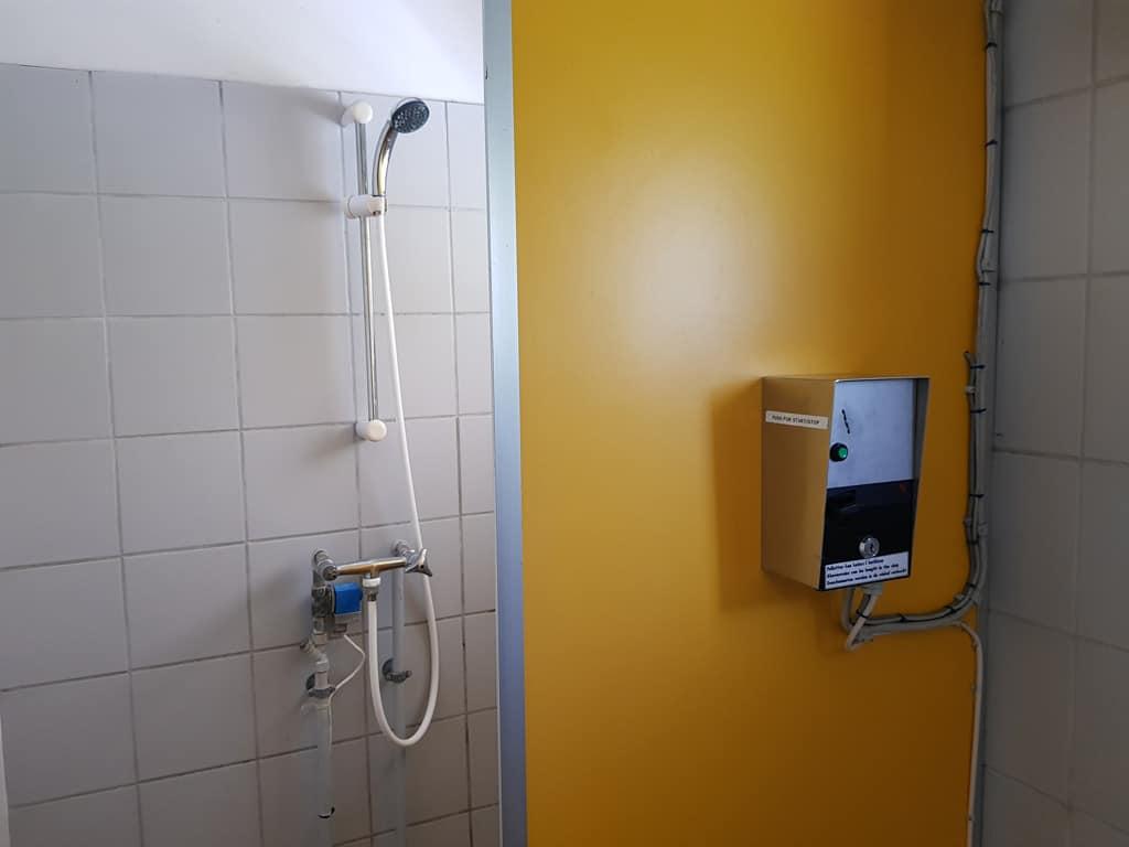 Douches met muntjes. Best een uitdaging voor kinderen om binnen 3 minuten te douchen.