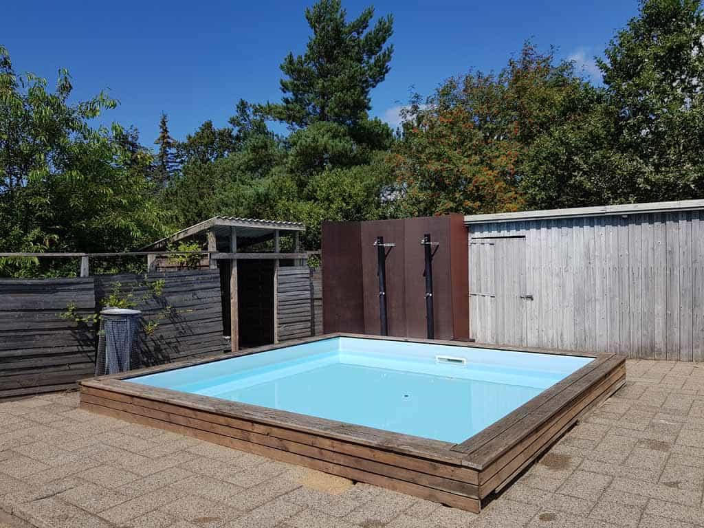 Het zwembad heeft ook een klein peuterbadje.