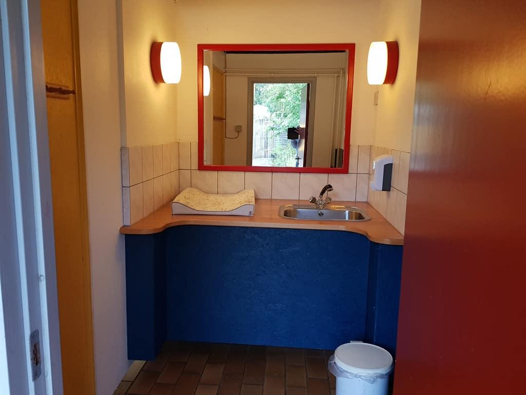 Babyroom in het sanitairgebouw..