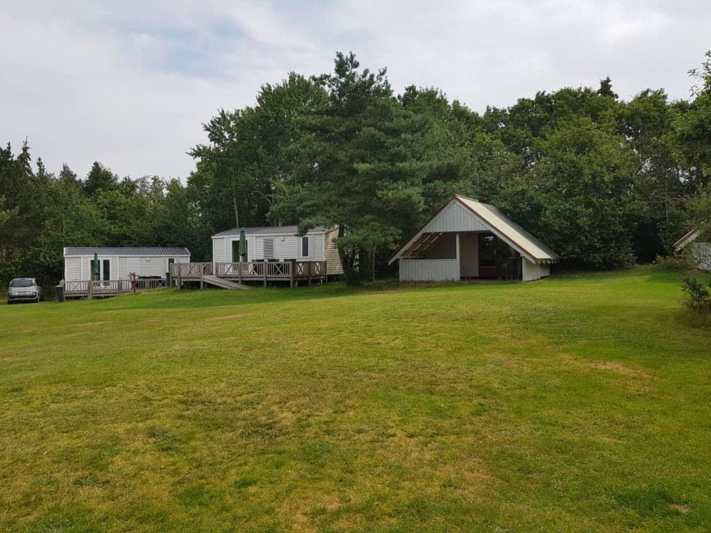 Camping Ulbjerg beschikt over enkele trekkershutten en twee stacaravans.