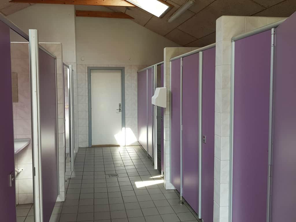 Het tweede sanitairgebouw is een stuk nieuwer en beter.