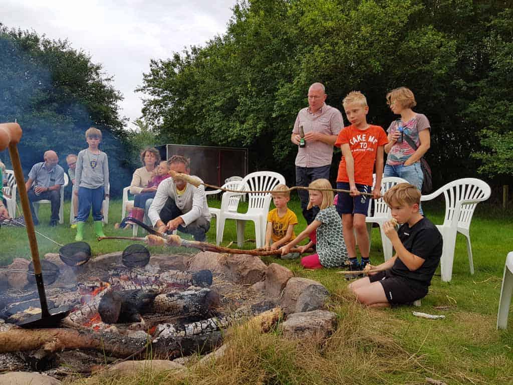 Broodjes bakken bij het kampvuur op camping Ulbjerg.