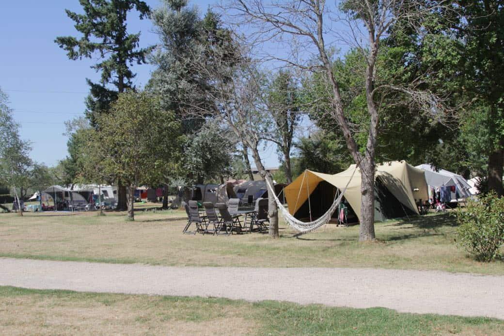 Zoek maar een mooi plekje uit in de boomgaard van camping Domaine les Gandins.
