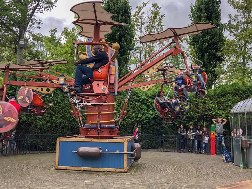 In het midden van het park zijn allerlei attracties waar de kinderen in gaan