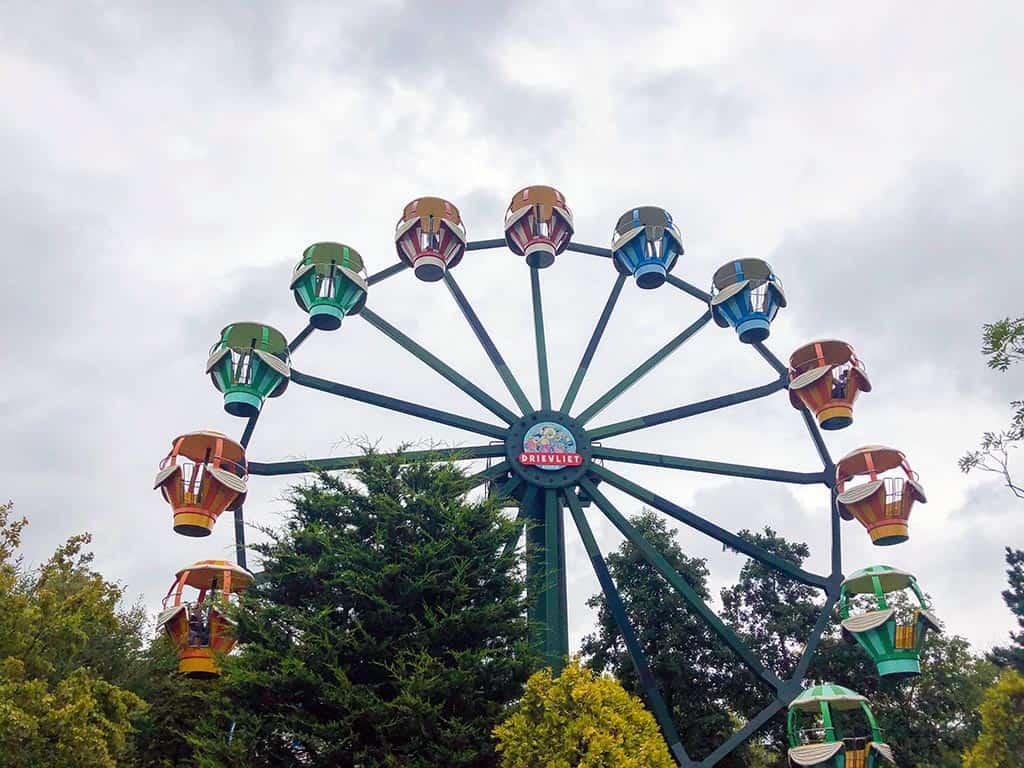 We zien het hele Familiepark Drievliet vanuit het hoge reuzenrad