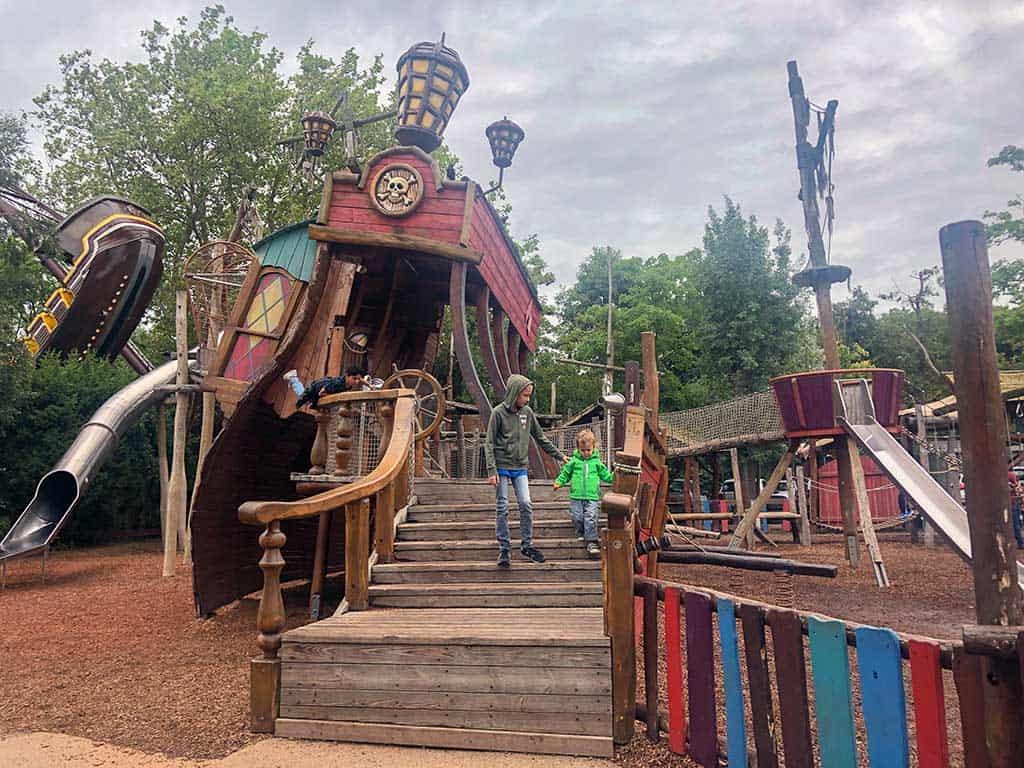 De houten speeltuin van Familiepark Drievliet is leuk voor klein en groter