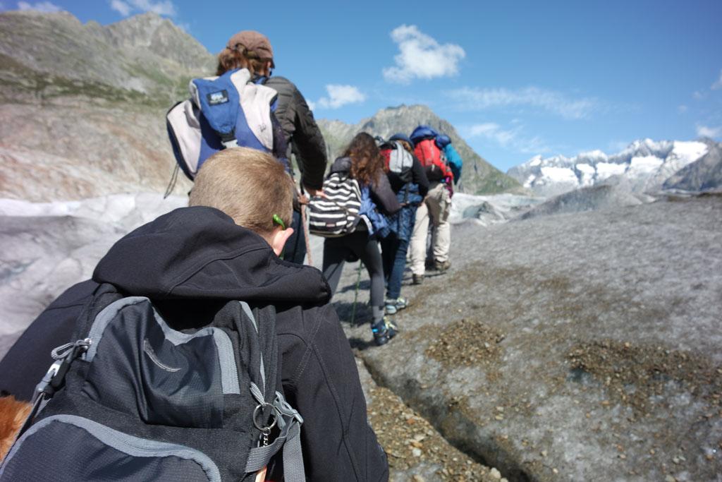 En daar gaan we, achter elkaar op het ijs omhoog gletsjertocht-met-kinderen
