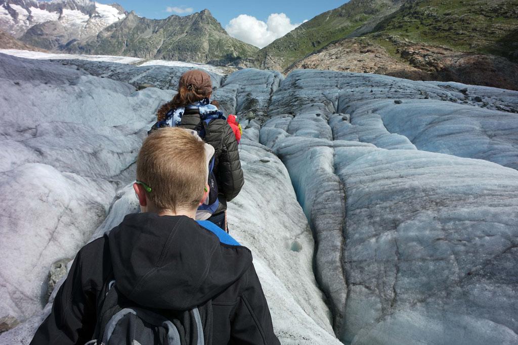 We lopen langs de eerste spleten, best spannend gletsjertocht-met-kinderen