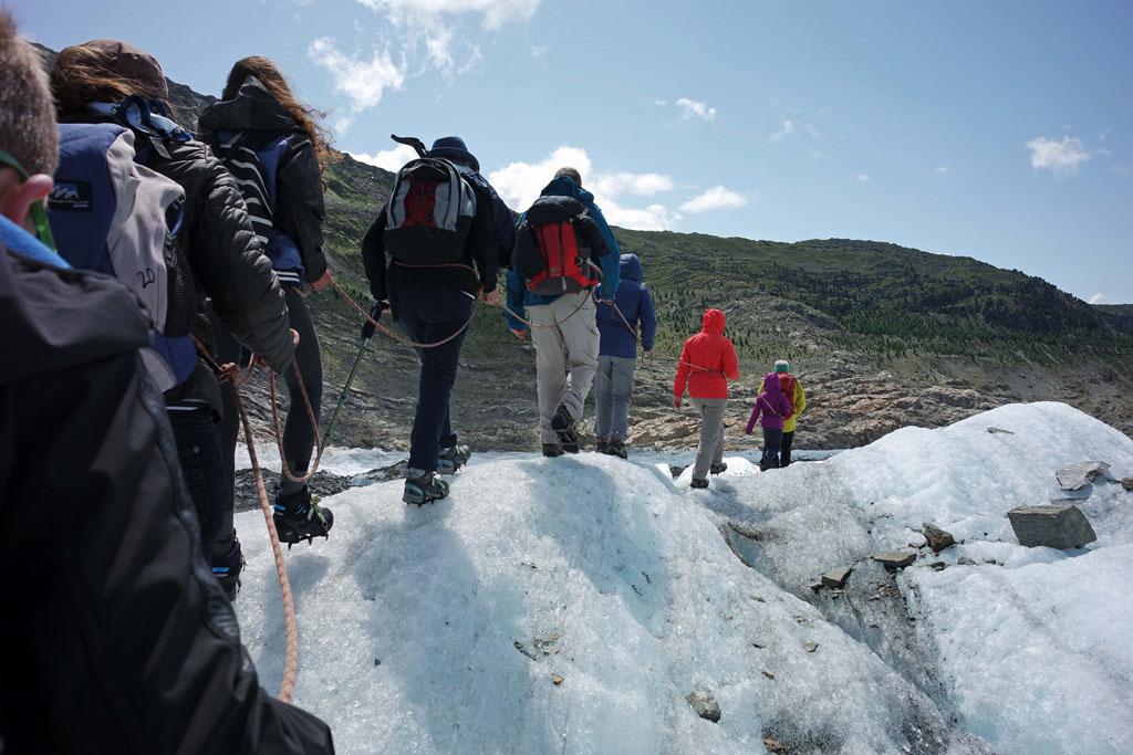 Terug naar de rand van de gletsjer en dan naar de top van de helling op de achtergrond gletsjertocht-met-kinderen