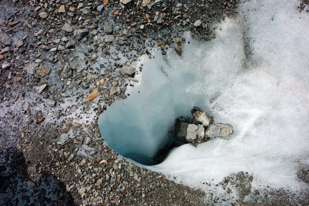 Het wit en blauw van de spleten is magisch om te zien gletsjertocht-met-kinderen