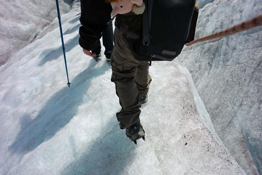Opperste concentratie is nodig om te kijken waar je je voeten neer zet tijdens het wandelen gletsjertocht-met-kinderen