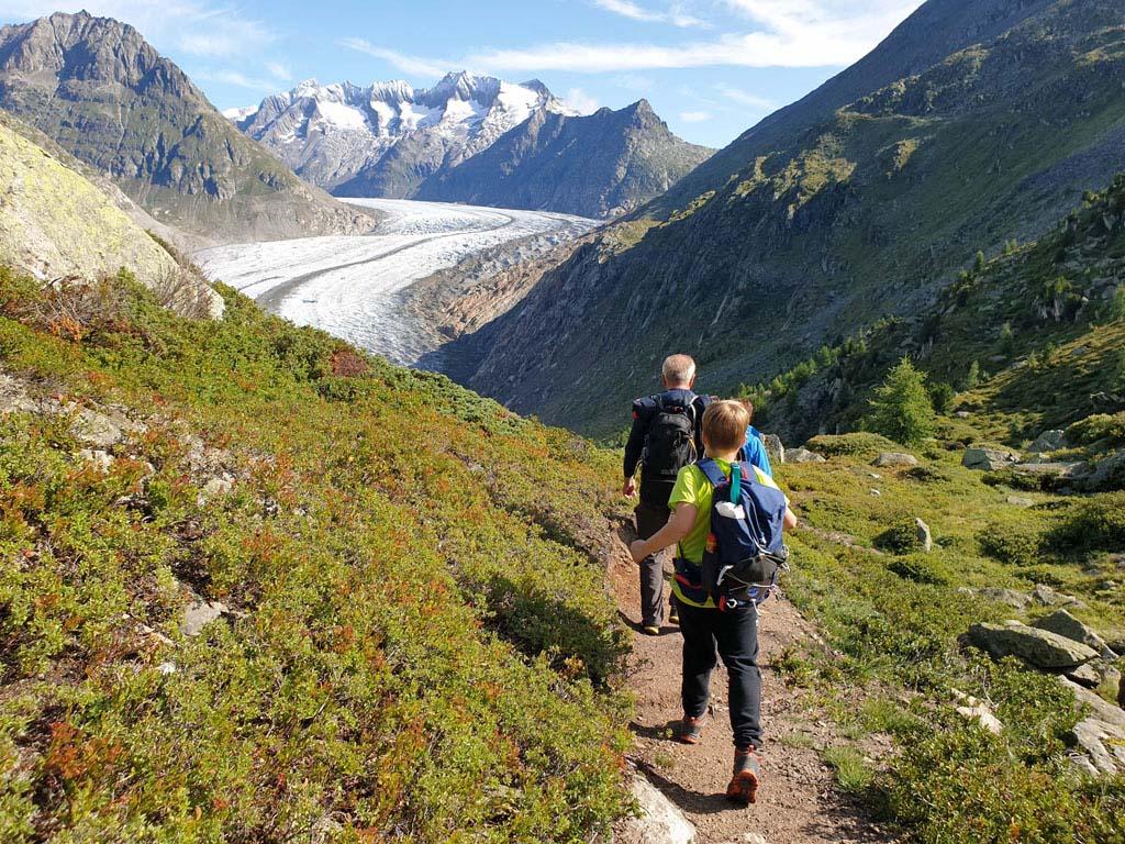 We komen steeds dichter bij de gletsjer en deze wordt steeds hoger gletsjertocht-met-kinderen