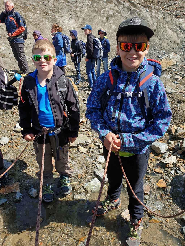 Tijd om stijgijzers onder te binden en het touw om ons middel te knopen gletsjertocht-met-kinderen