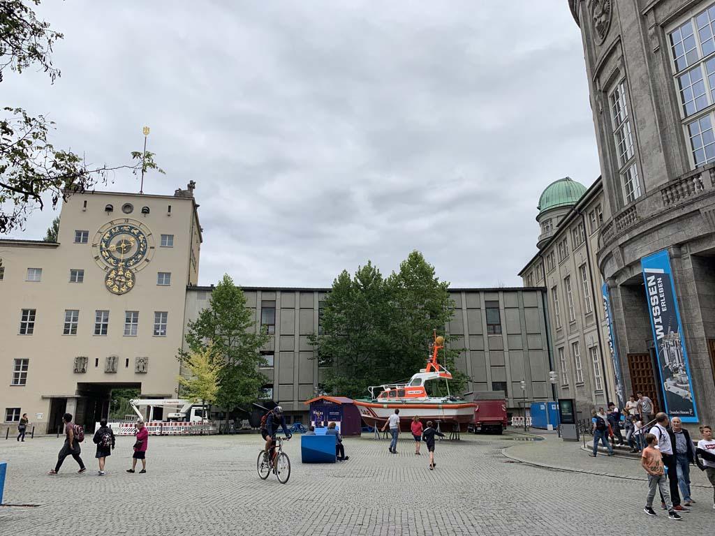 Het gebouw van het Deutsches Museum is groot. De ingang zie je rechts op de foto.