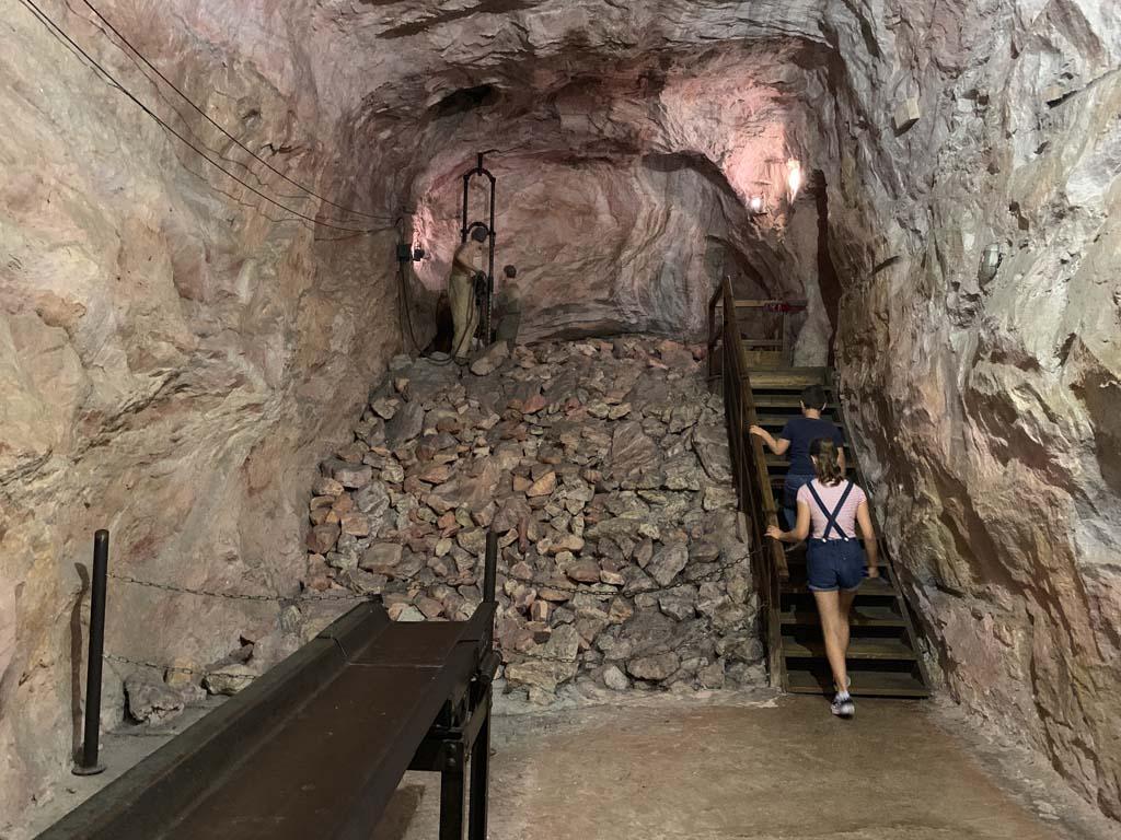 De mijnbouwtentoonstelling is indrukwekkend. We lopen door verschillende soorten mijnen en leren veel over mijnbouw.