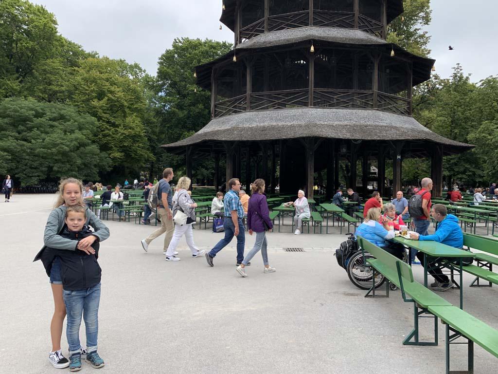 Volop mensen bij de Chinese toren in de Englischer Garten.