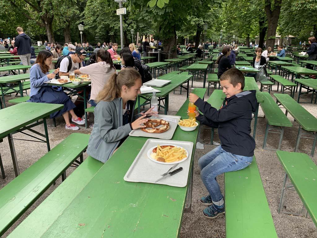 Bretzel XXXL, frietjes en worst. We zijn in Duitsland!