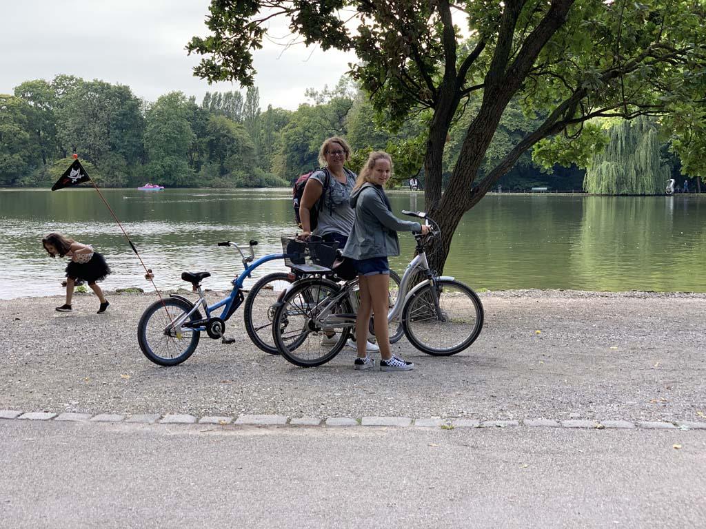 Even stoppen bij het meer. Hier zien we ook waterfietsers.