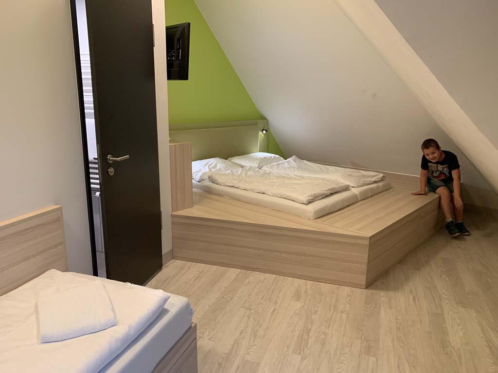 Meininger is een hotelketen met familiekamers, vaak ook geschikt voor gezinnen met 3 of 4 kinderen.