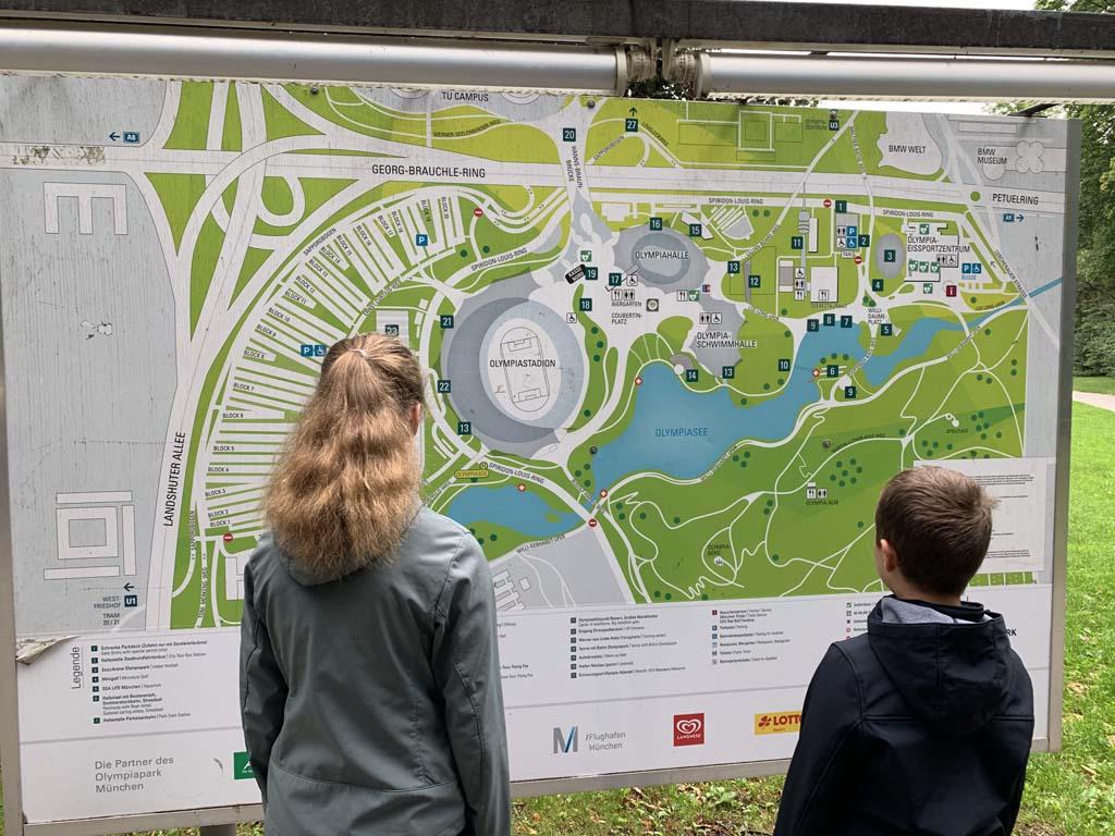 Even goed kijken waar we heen willen in het Olympiapark.