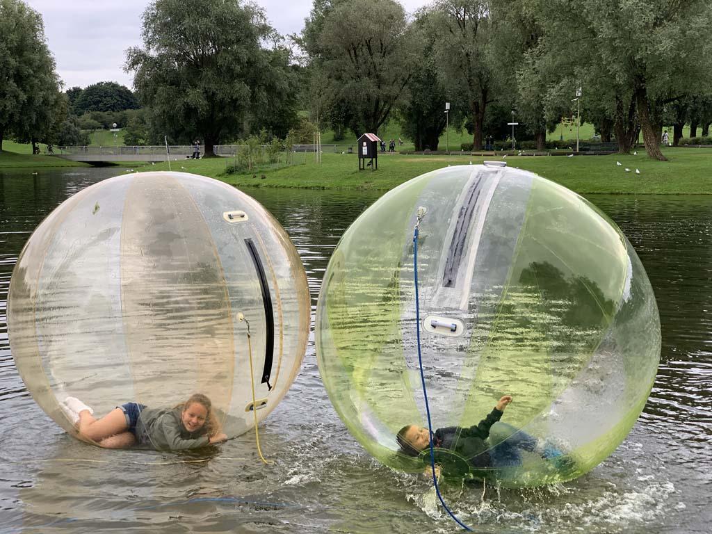 Lachen, gieren, brullen in deze ballen op het water.