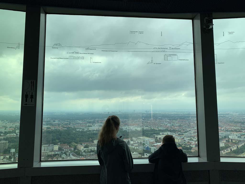 Handig, op het raam staat welke gebouwen we buiten zien.