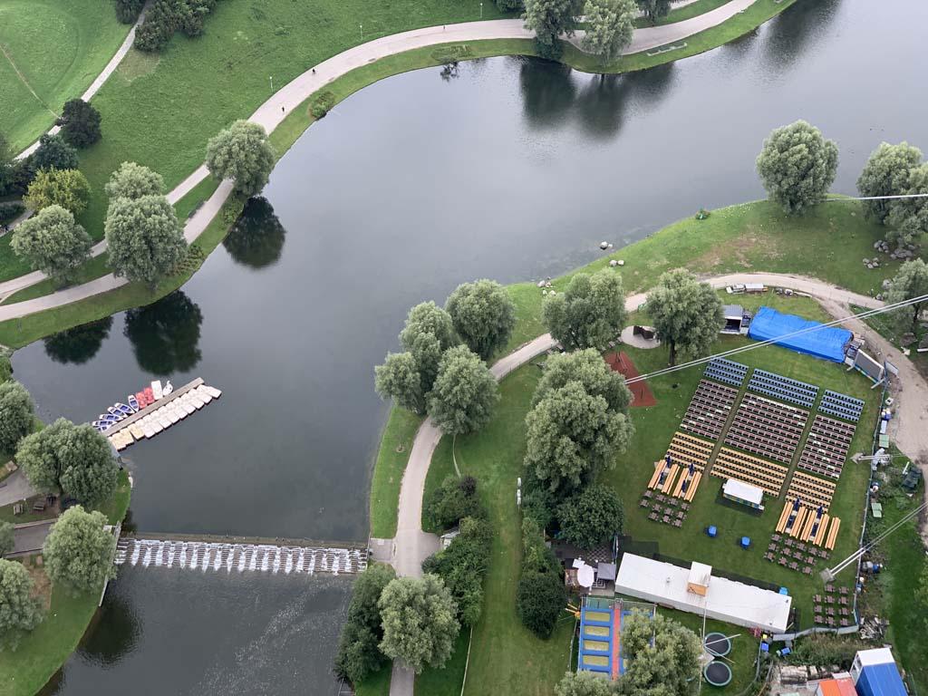 Van bovenaf zien we de waterfietsen al klaar liggen. Rechts van de vijver is ook nog een trampolinepark.