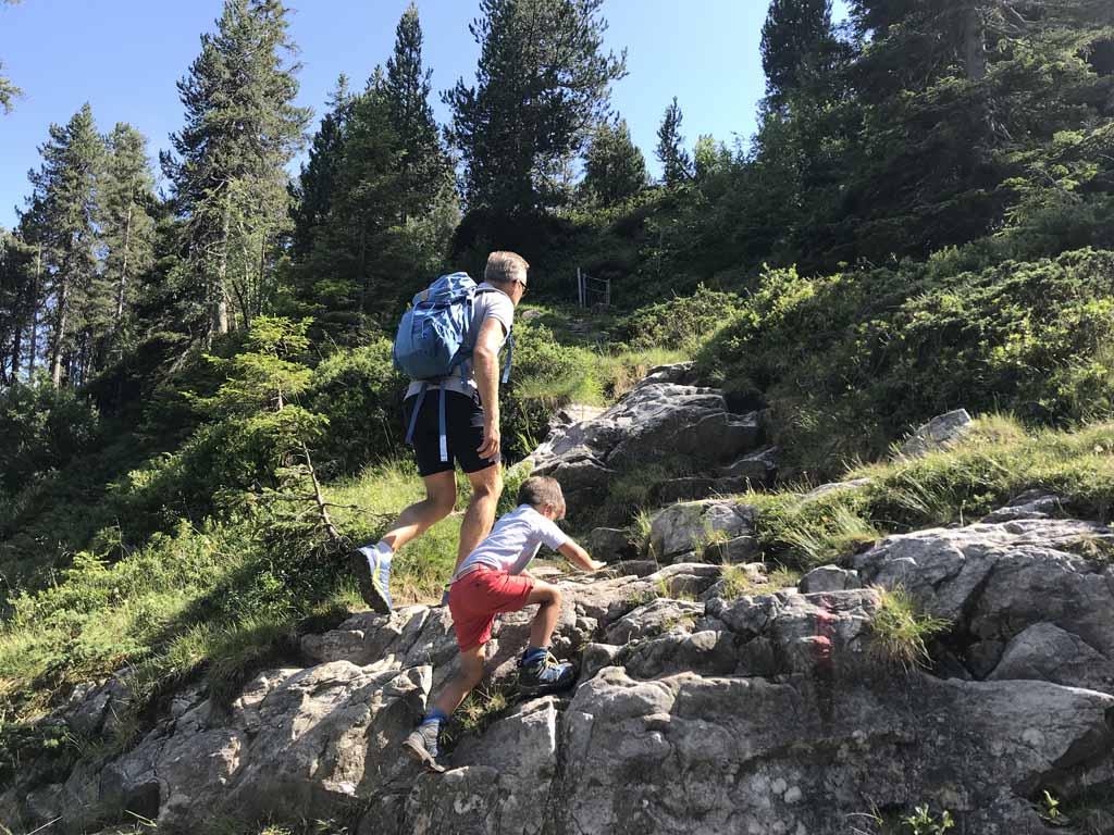 Tijdens de rondwandeling op de Niederhorn is het soms klimmen en klauteren.