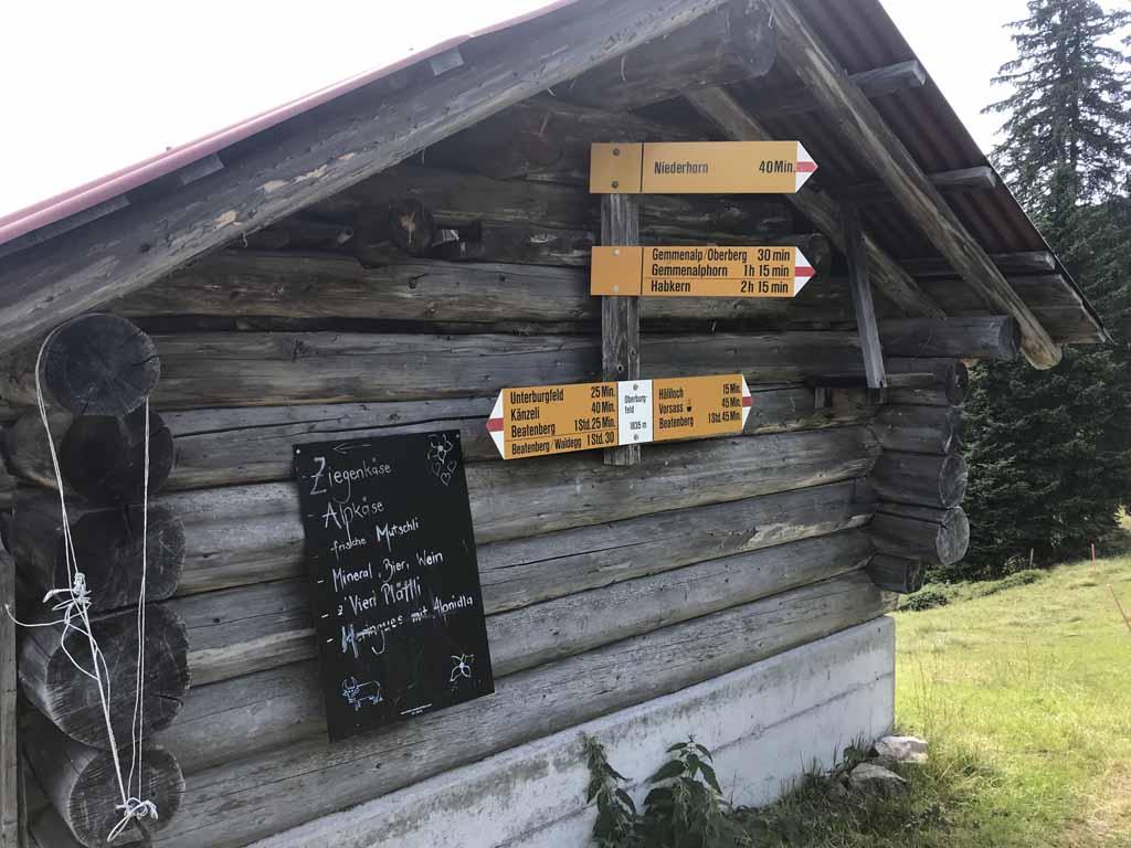 Vanaf de boerderij houden we rechts aan, richting het middenstation Vorsass.