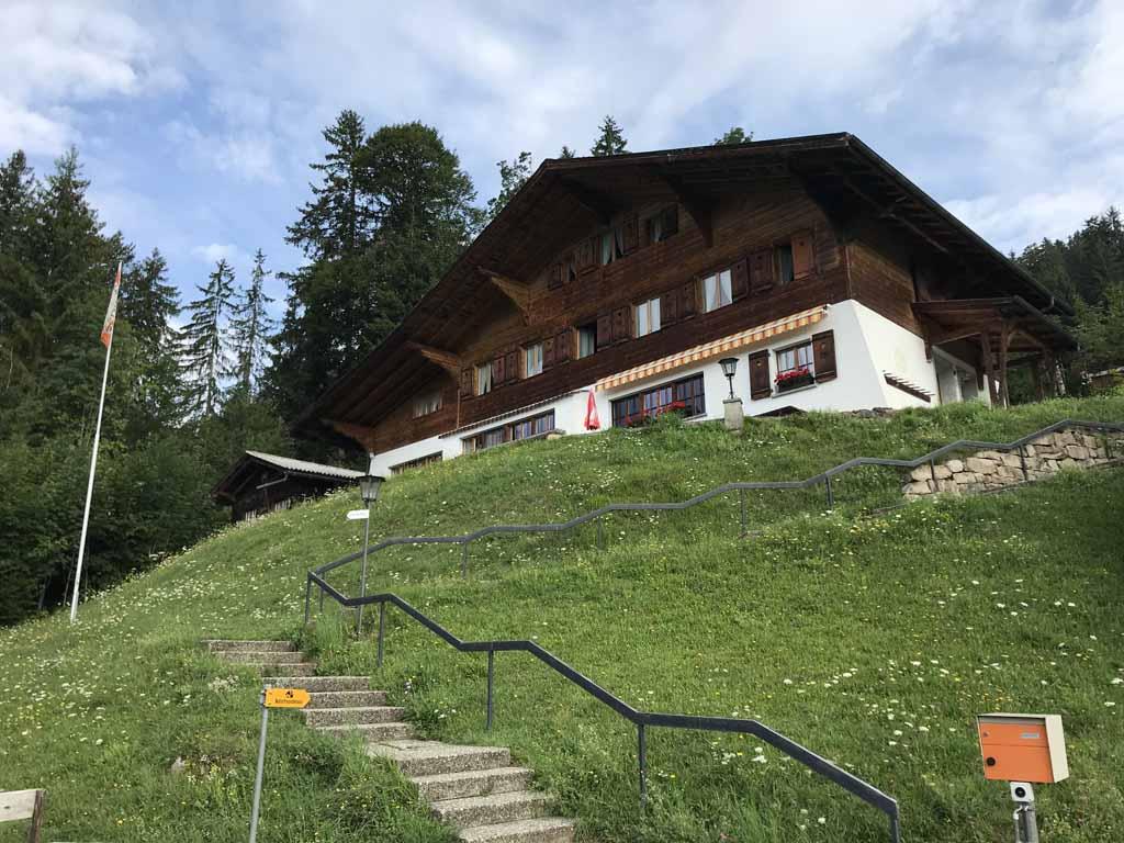 Tijdens ons verblijf in Beatenberg overnachten we voordelig in een natuurvriendenhuis.