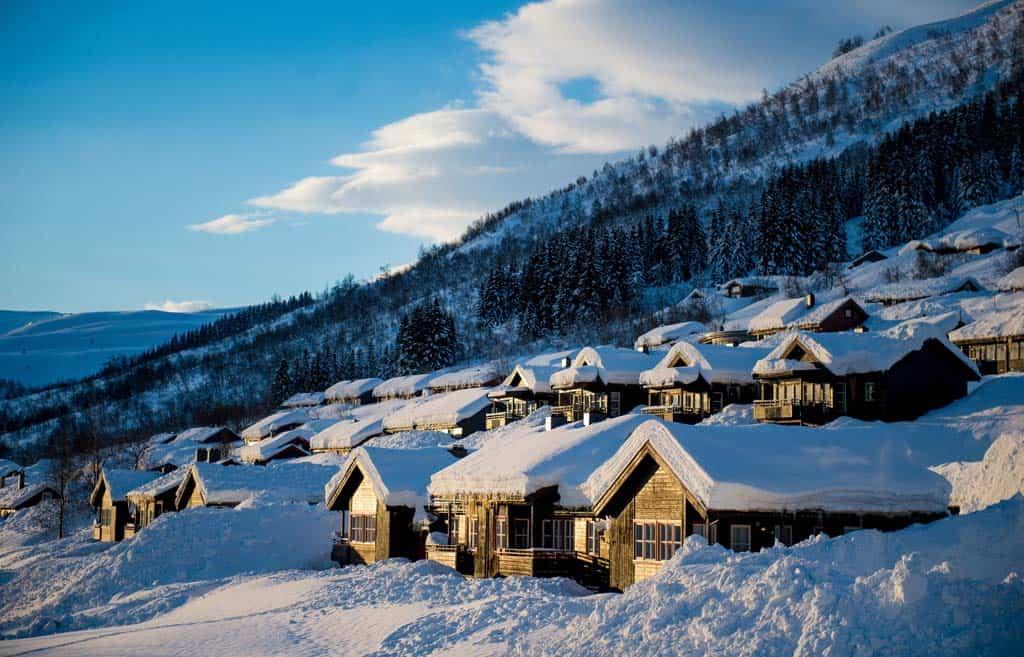 Een rustig dorpje in de Noorse sneeuw.