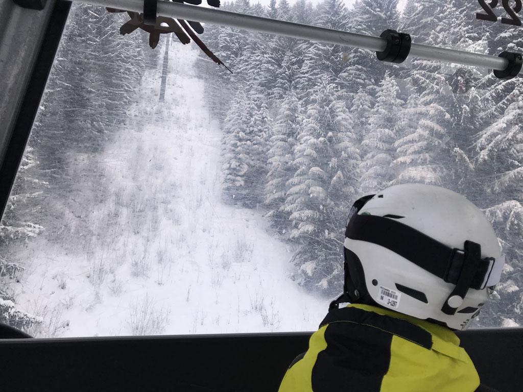 Met de skilift gaan we vanuit Châtel naar skigebied Super Châtel.