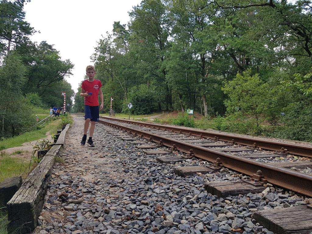Lopen langs de spoorlijn van de Veluwse stoomtrein.