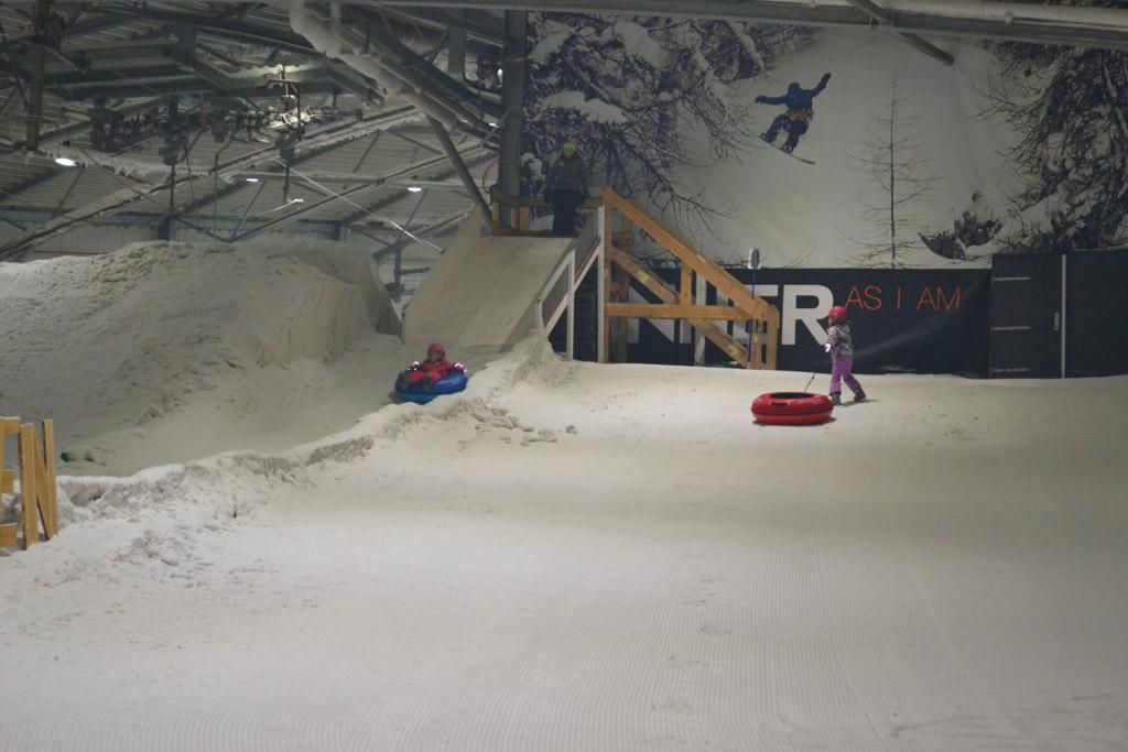 Airtuben in de sneeuw kan ook in de zomer op de Uithof