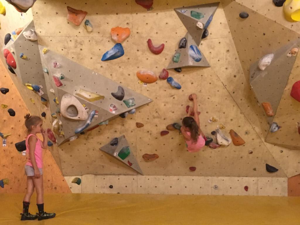 Oefenen met klimmen op een lage muur in de Uithof