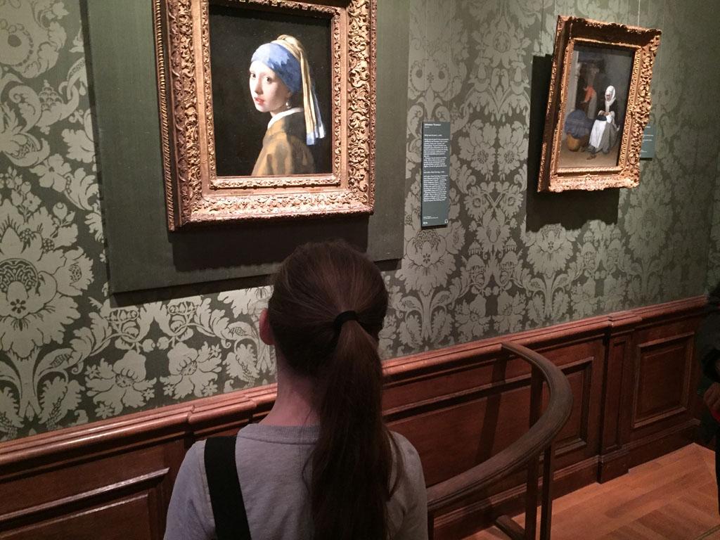 Het meisjes met de parel bewonderen in het Mauritshuis