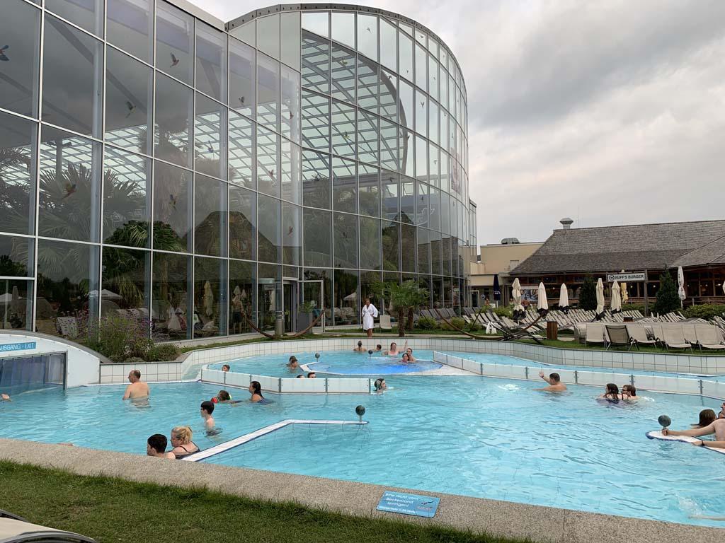 Het buitenbad dat grenst aan het Wellenbad.
