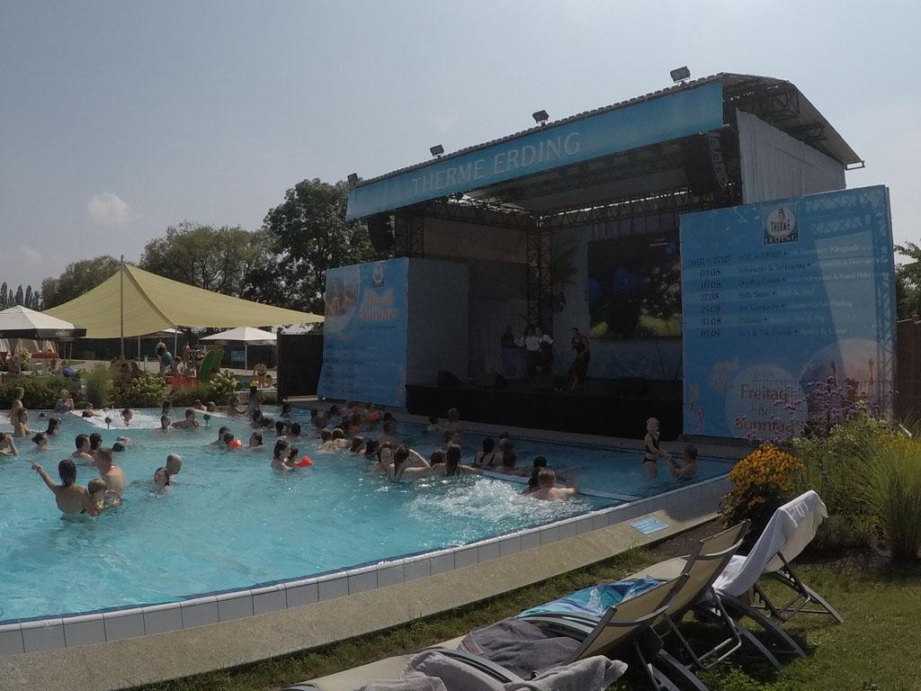 Het animatieteam actief op het podium bij een van de buitenbaden.