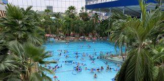 Vanuit onze hotelkamer kunnen we het golfslagbad van Therme Erding goed zien.