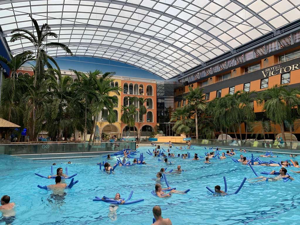 Het Wellenbad van Therme Erding. In het gebouw rondom dit zwembad is het Victory Hotel gevestigd.