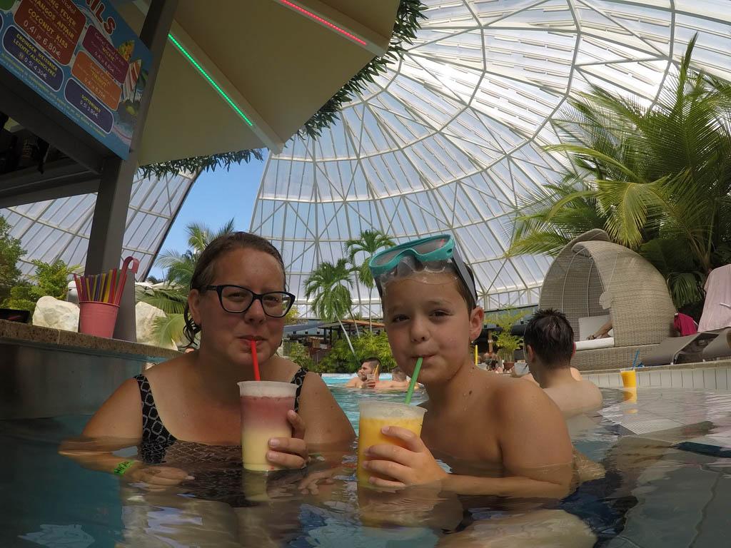 Bij de poolbar in de tropische hal.