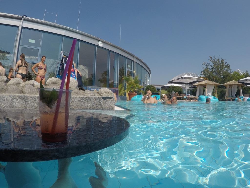 Lekker buiten in het zwembad een cocktail drinken.
