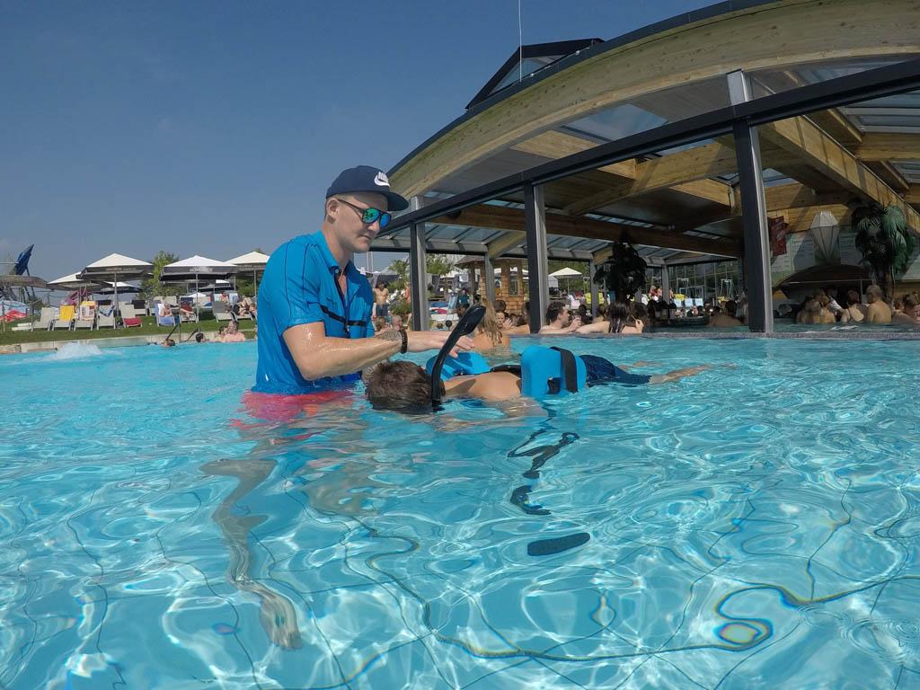 Mijn zoon ligt klaar voor zijn VR snorkeltocht.