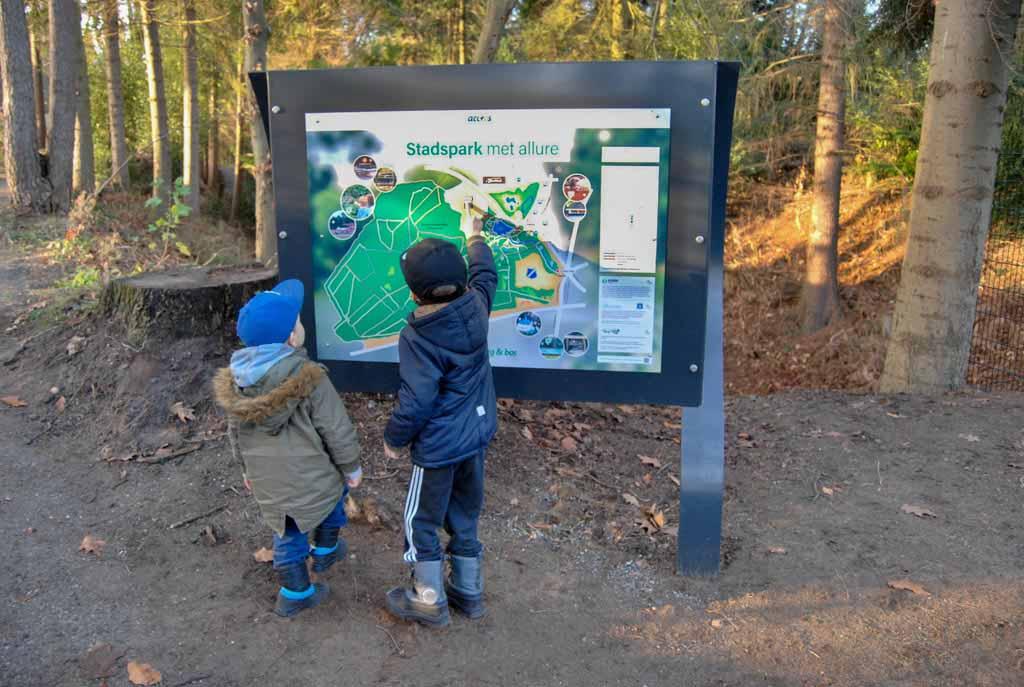 De boys van Maartje zoeken de leukste wandeling uit door Stadspark Berg en Bos
