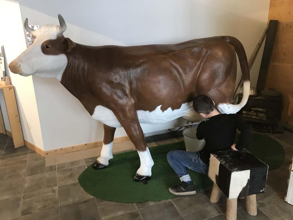 Er is genoeg voor kinderen te doen. Maar een koe melken valt niet mee...