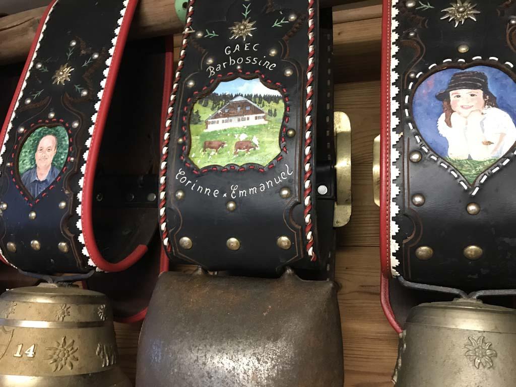 Boven de kassa hangen grote koeienbellen met mooie decoratie.