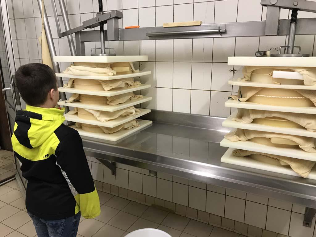 Uitleg over het maken van de Abondance kaas.