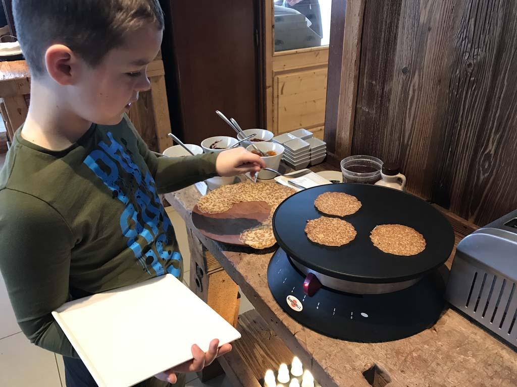 Zelf pannenkoekjes bakken bij het (uitgebreide) ontbijt.