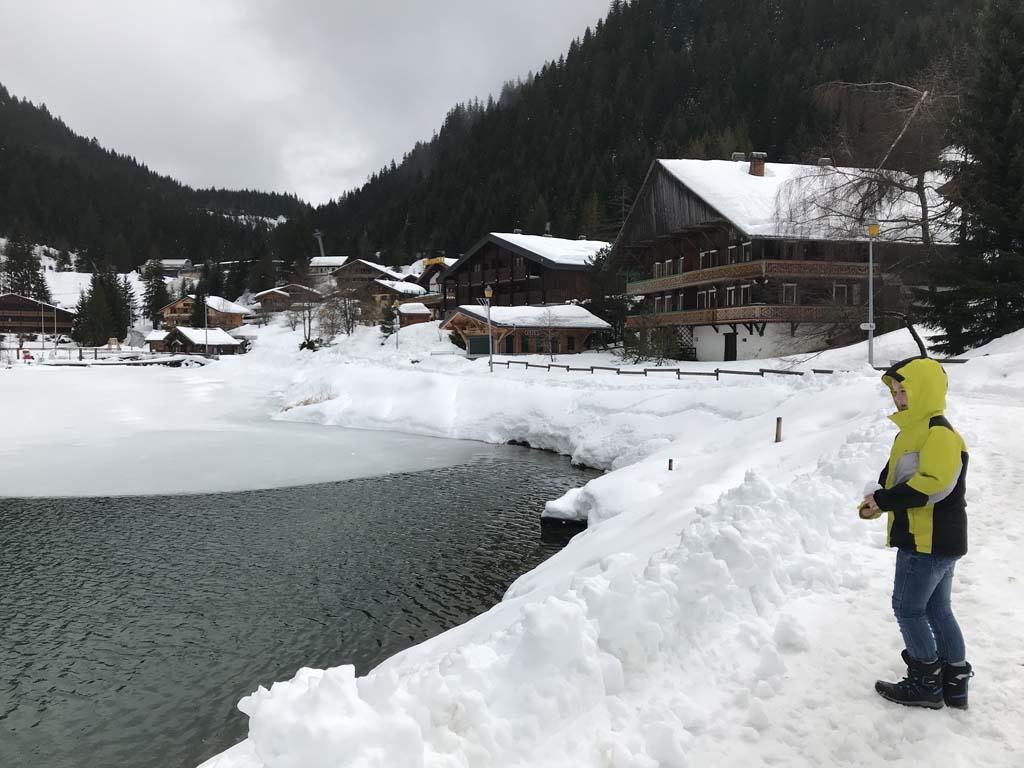 Rondje om het meer wandelen, precies lang genoeg voor kinderen die onderweg met sneeuw willen spelen.