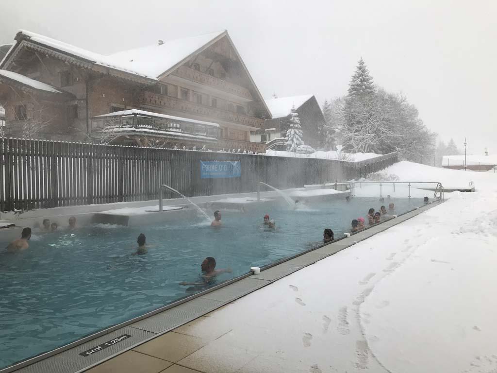 Gaaf, zwemmen terwijl het sneeuwt in zwembad Forme d'O in Châtel.